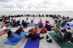 Met yoga aan zee, op het strand, in een duinpan of in een mooie lichte yogazaal. Yoga voor algehele ontspanning, vitaliteit, conditie, balans, meditatie, transformatie en om intens van te genieten tijdens een yoga weekend.