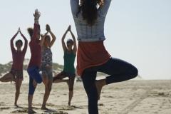 Zo ziet yoga op het strand tijdens een yoga weekend er uit: Zon, zee, strand en Yoga. De foto is genomen tijdens het Yogafestival 2015 door Geek Zwetsloot