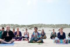 Yoga met aandacht voor beweging, houding, ademhaling, concentratie en meditatie. Ervaar hoe door yoga energie stroomt en dit verbindt. Wat is er dan mooier om dit op het prachtige Waddeneiland Terschelling te beleven. De zee, de rust en de ruimte van het eiland versterken de ervaring er helemaal uit te zijn.