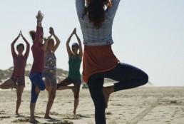Yoga op het strand tijdens een yogaweekend